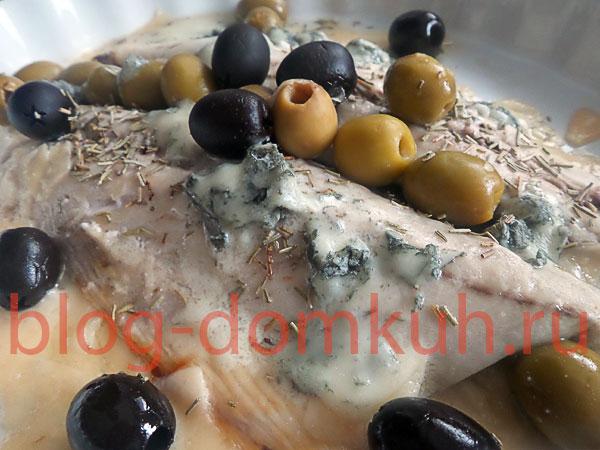Макрель, запеченная с сыром и оливками